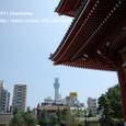 2011.08.28up<br/>2010年夏、東京にて(10-2) 宝蔵門をくぐれば、右手には東京スカイツリー