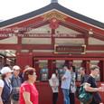 2011.08.28up<br/>2010年夏、東京にて(10-5) 浅草寺境内の公衆電話の前で