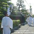 献饌供御人行列(13) 大道町、明治期の町屋の前を行く
