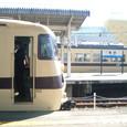 2009.10.31up Station/駅110 堅田駅82 向かいのホームにも同じ電車(JR117系)