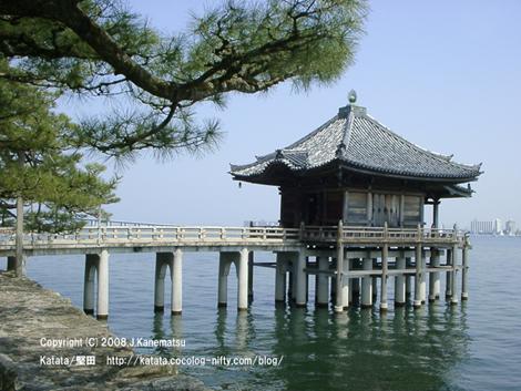 琵琶湖の上に建っているお寺、浮御堂