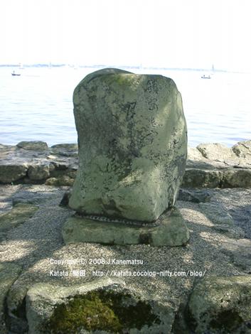 浮御堂にある芭蕉の句碑。古い石に句が刻まれている。後ろは琵琶湖、ヨットが見える。