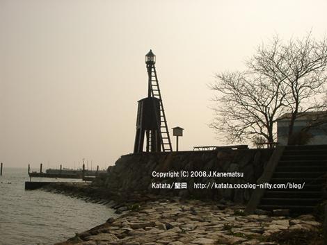 淡いオレンジ色の光に包まれる出島灯台