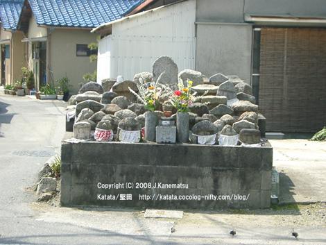 車道脇の石の台の上に、石のお地蔵さんがいっぱい!お花もたくさん供えられている
