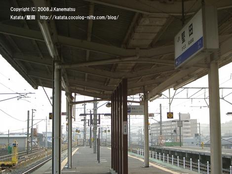 堅田駅の夕暮れのホーム。ホームの端が見える場所。おごと温泉駅方向(上り方向)を見ている。