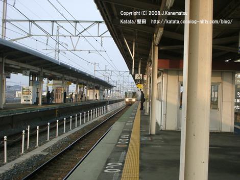 向こうから電車が堅田駅のホームに近づいてくる