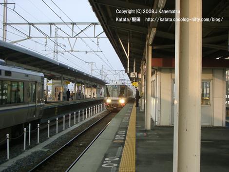 反対側からも電車が駅に入ってきて、もうすぐホームで電車が並びそう