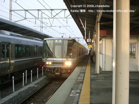 2台の電車が駅のホームで並んで止まる。入ってきた電車のライトはまだ点いている