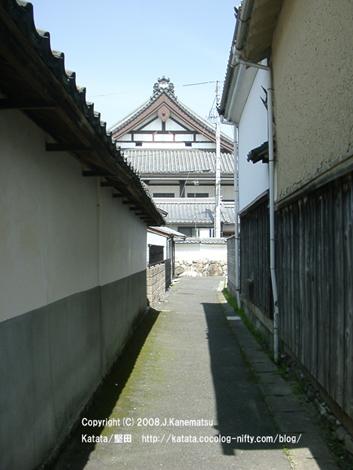 狭くて古い路地の奥に立派な本福寺が見えている