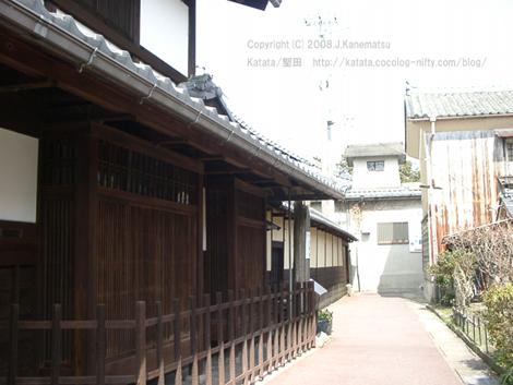 路地の左手に其角亭跡の碑が見える。其角亭跡には伝統的な造りの木造の家が建つ。