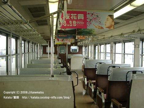 レトロな感じのする117系の車内。競馬の桜花賞のポスターがかかっている。