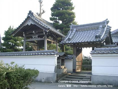 春の夕暮れの中に寿寧寺の門