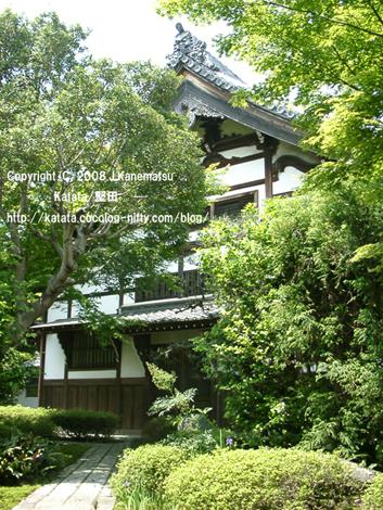 石畳の向こうに、新緑に囲まれた祥瑞寺本堂。独特の鬼瓦と中国風の建物。