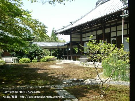 苔むした庭と祥瑞寺の本堂
