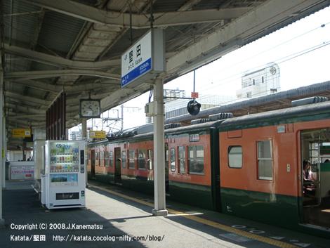 時間待ちで堅田駅に停車中のJR113系