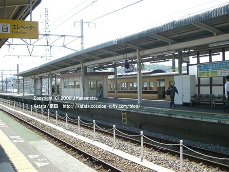 堅田駅1番線ホ-ムとJR117系