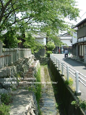 蔵と民家と緑に囲まれた、古い通り。伊豆神社の前から琵琶湖畔の方向を見ている。