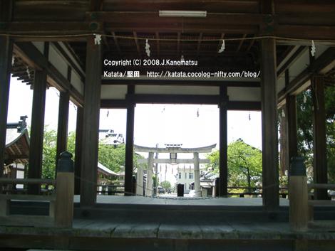 伊豆神社の拝殿を通して琵琶湖を望む