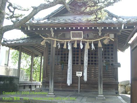都久生須麻神社・正面をやや下側から撮影