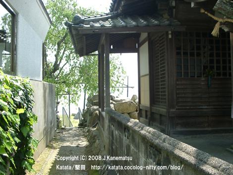 都久生須麻神社の脇の路地