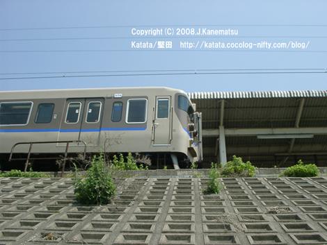 道路から堅田駅を見上げるとJR113系電車が止まっていた