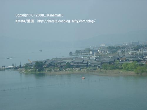 琵琶湖大橋の上から鳥の目で見た今堅田・本堅田の風景。釣り人の小船、出島灯台、造船所、古い町並み、浮御堂。