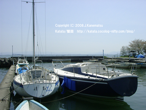 琵琶湖に面した場所に釣り船が数隻、係留されている