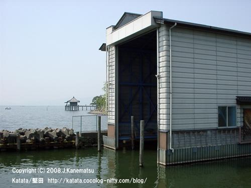 右手前に堅田水上派出所、左手奥に浮御堂と琵琶湖岸の緑