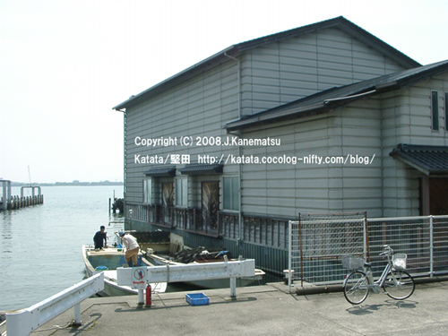 堅田水上派出所の建物、漁船を動かそうとしている男女、堅田港の桟橋