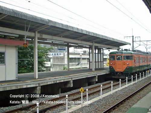 駅を発車していった113系電車