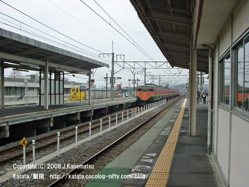 113系電車が駅を遠ざかっていく