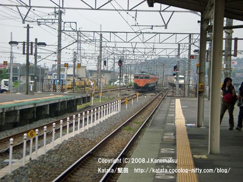 遠ざかる113系電車と近づいてくる117系電車
