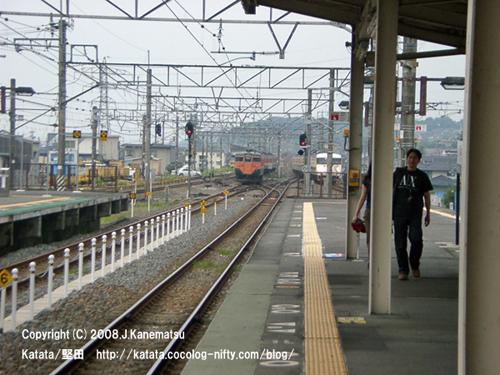 駅の手前ですれ違う113系電車と117系電車