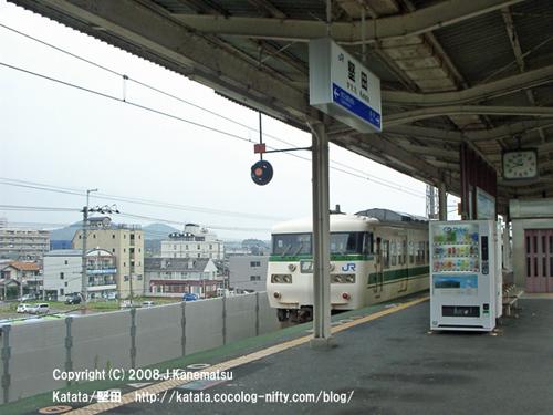 駅を発車していく117系電車