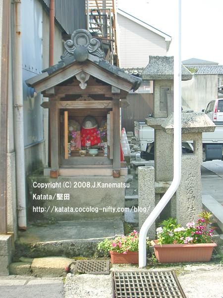 小さな地蔵堂と、愛宕神社と彫られた石の常夜灯