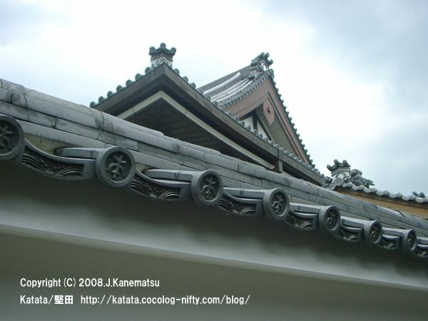 曇り空と本福寺の灰色の瓦屋根