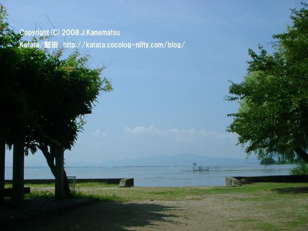 公園の向こうに果てしなく広がる琵琶湖