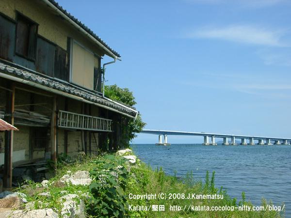湖畔の民家と9月の琵琶湖大橋