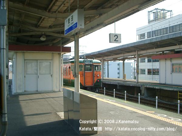 堅田駅2番線ホームを発車していったJR113系電車