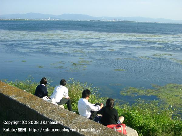 秋の琵琶湖と4人の高校生の男女