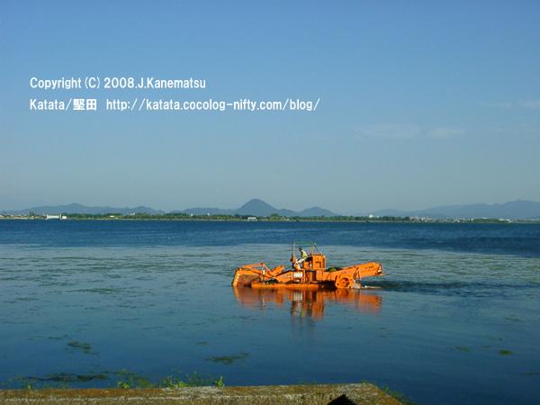 琵琶湖に浮かぶオレンジ色の水質掃除機?対岸に三上山