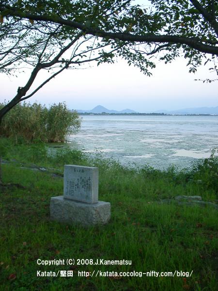 琵琶湖の秋の夕暮れと、対岸の三上山(近江富士)