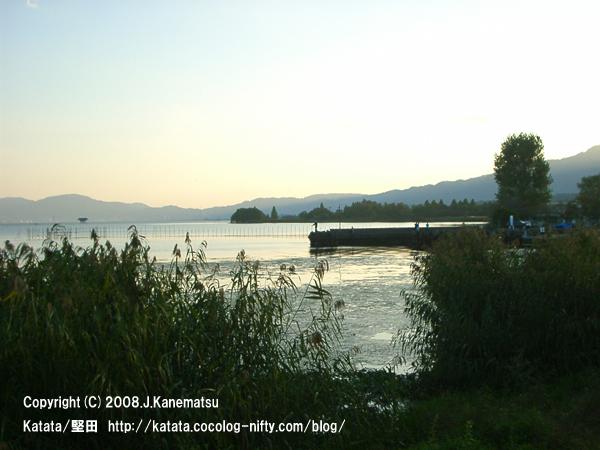 夕暮れ時の琵琶湖の堤防