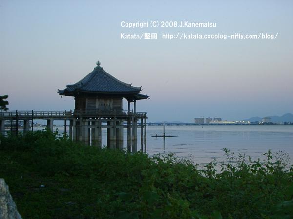 秋の黄昏時の浮御堂と琵琶湖、対岸の明かり