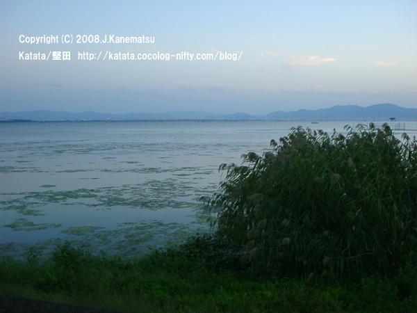 日が沈む前後の空と琵琶湖の青い闇