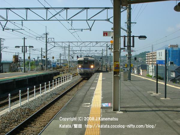 2番線ホームに近づく113系電車