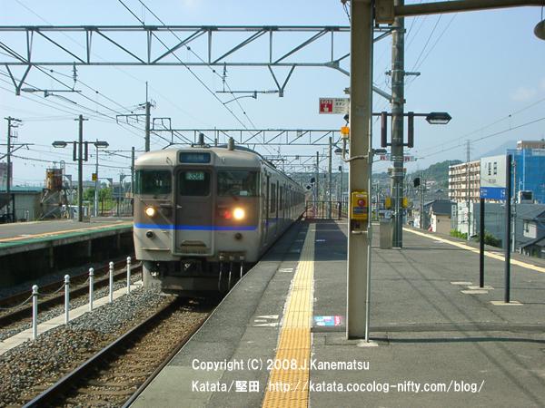 113系電車、駅のホームに到着