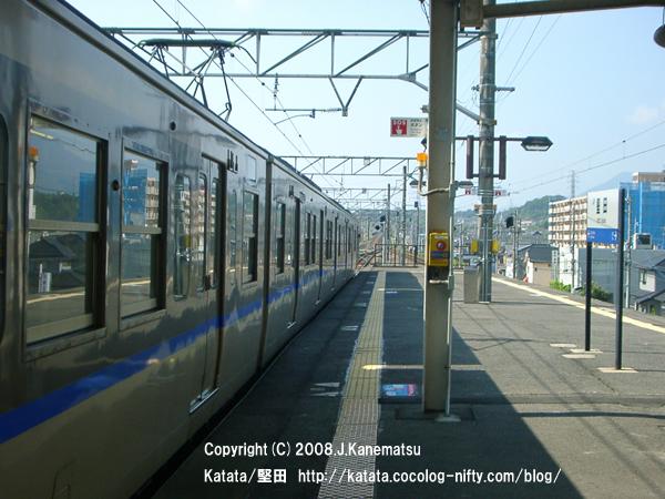 駅に停車直後の113系電車