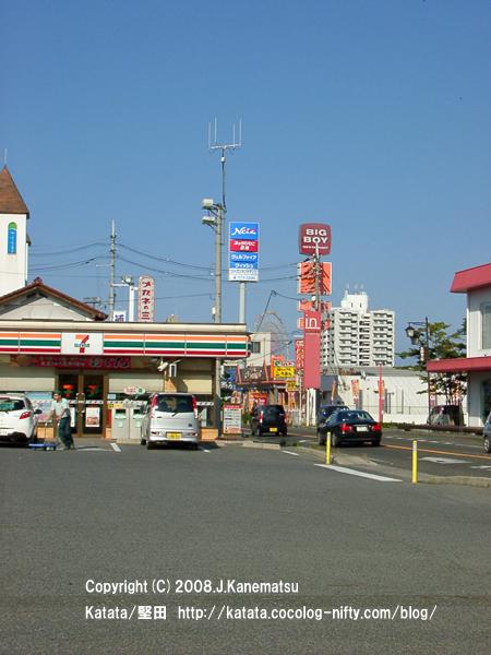 国道沿いのセブンイレブンの駐車場、国道、看板、観覧車、白いビル