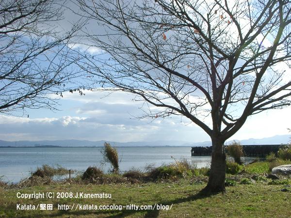 対岸は滋賀県草津市の烏丸半島(からすまはんとう)。